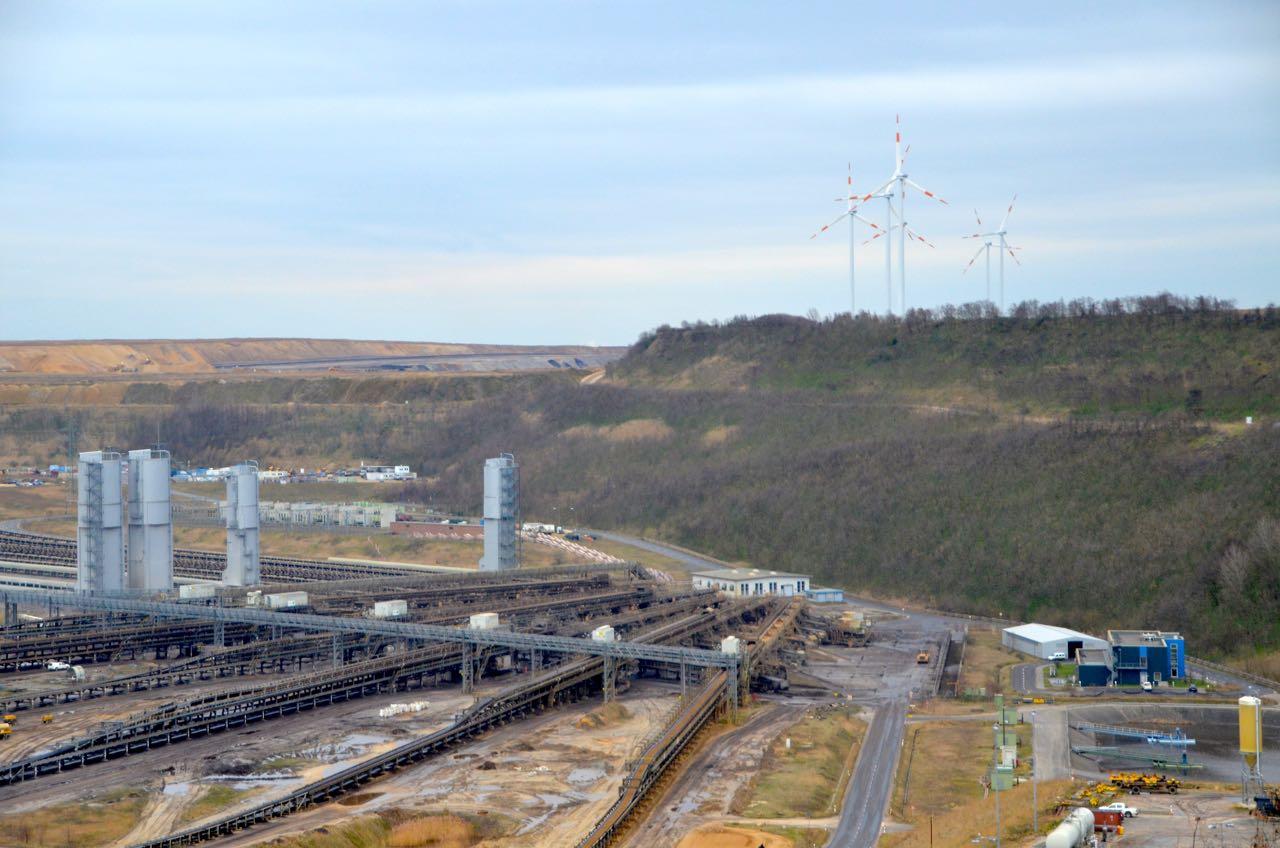 (c) J.P. van Soest. De overgang van het oude energiesysteem naar een nieuw is zichtbaar bij de bruinkoolmijn bij Garzweiler, Duitsland, die omringd wordt door windturbines.